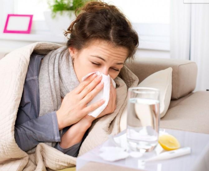 Девушка больна простудой