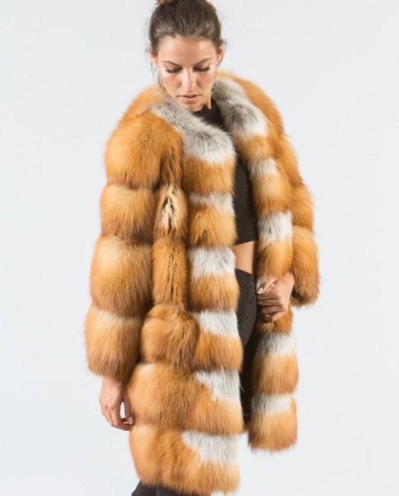 Женщина в шубе из меха лисы